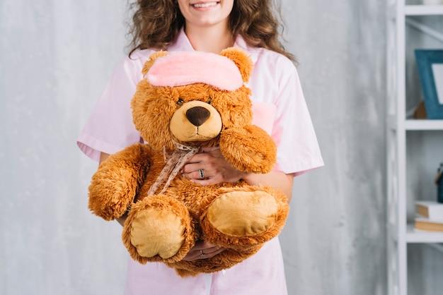 Крупный план молодая женщина с мягкой игрушкой