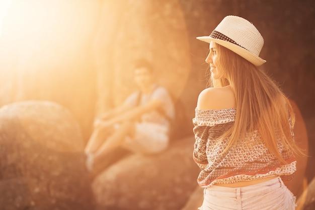 그녀의 남자 친구 근처 자연에서 젊은 여자의 근접 촬영
