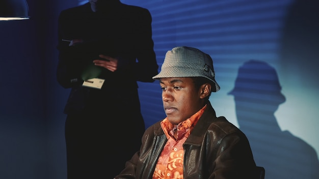 尋問中に非難された黒人男性のクローズアップ