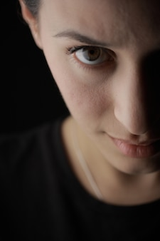 갈색 눈을 가진 사랑스러운 여자의 근접 촬영