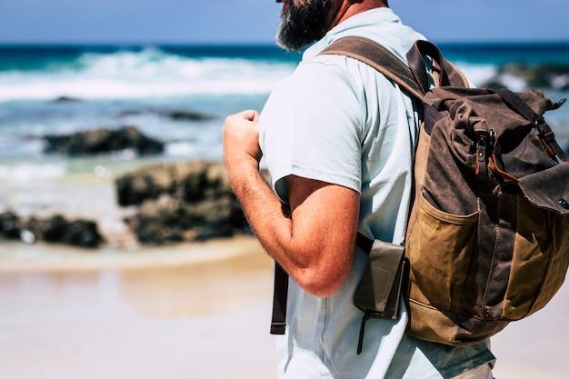 Крупным планом взрослых людей кавказский мужчина путешествует с рюкзаком в кожаном стиле