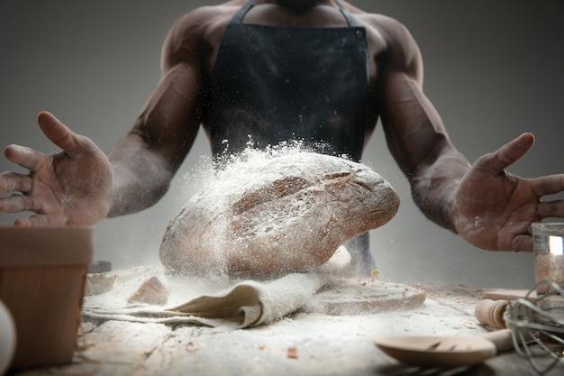 아프리카 계 미국인 남자의 클로즈업 나무 테이블에 신선한 시리얼, 빵, 밀기울 요리. 맛있는 먹거리, 영양, 공예품