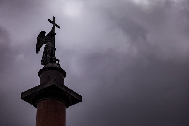 Крупным планом александровской колонны на дворцовой площади фоне темного неба