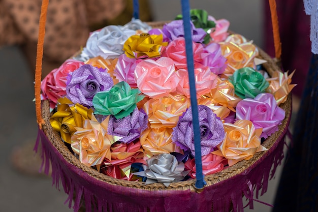 木製のバスケットの中の施しの花のクローズアップ。