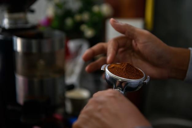 Крупный план американо, льющегося из кофемашины. профессиональное заваривание кофе