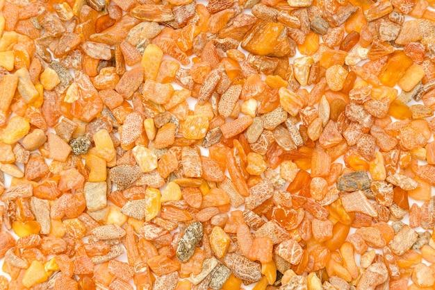 バルト海からの琥珀色の石のクローズアップ。
