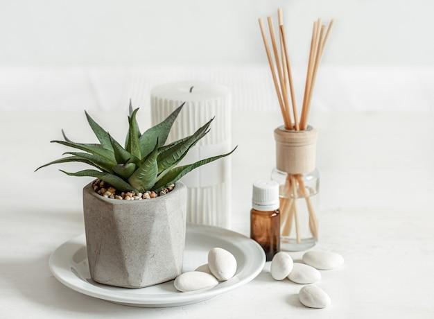 Крупным планом - ароматическая палочка для комнатного запаха и банка с ароматическим маслом.
