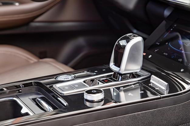 Крупный план ручки автоматической коробки передач в новом современном автомобиле. вид сбоку. пустой интерьер современного автомобиля премиум-класса