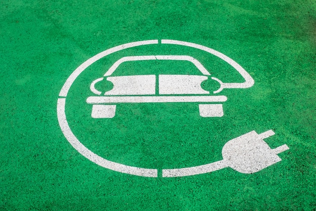 아스팔트에 그려진 전기 자동차 주차 공간 마커의 근접