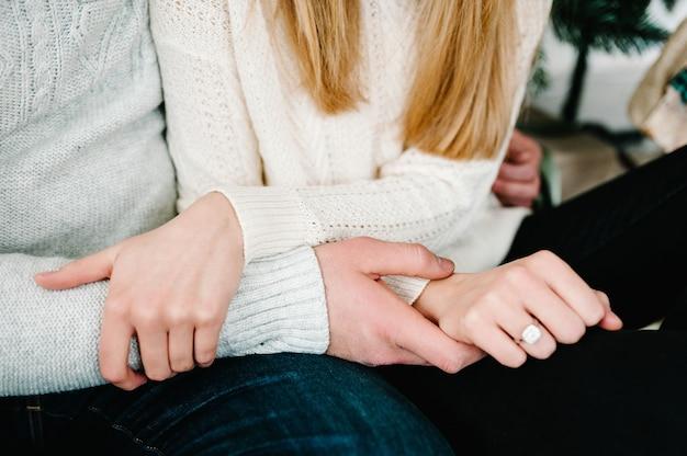 女性の指のエレガントな婚約ダイヤモンドリングのクローズアップ。愛と結婚式のコンセプト。