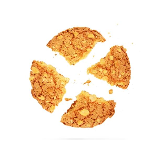 빵 부스러기가 있는 반쯤 먹은 쿠키의 클로즈업