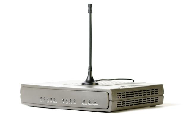 Крупный план интернет-модема и тв-приемника телеканалов с антенной стоит на белом столе. концептуальное устройство для доступа в интернет. место для рекламы