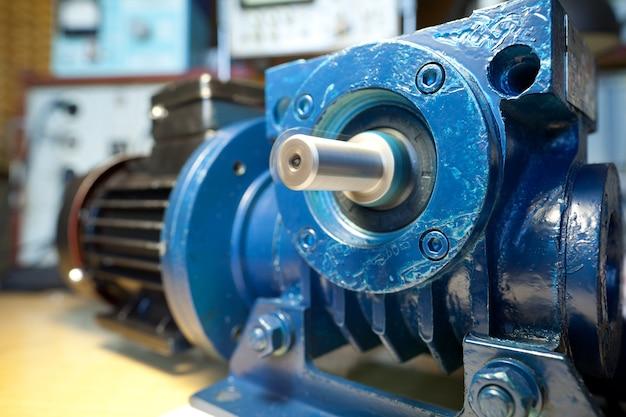 鉄の産業用モーターのクローズアップは、工場で新しい近代的なトラックを生産している間、テーブルの上にあります。信頼性と高品質の特殊車のコンセプト