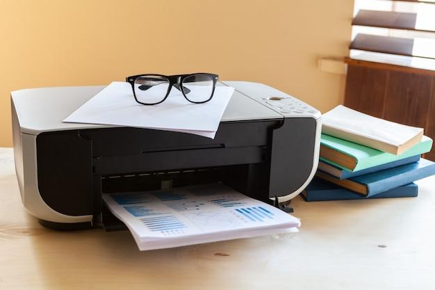 그것에 프린터와 사무실 테이블의 클로즈업