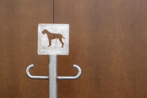 Крупный план уличной парковки для собак. место для поводка для собак, ждущих своих хозяев на улице. прикрепите поводок, в общественных местах или у входа в магазин. скопируйте пространство.