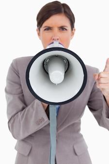 メガホンで叫ぶ怒っている女性起業家の近く