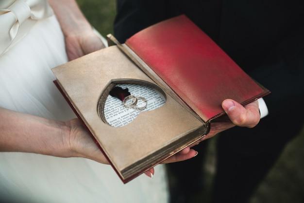 결혼 반지와 함께 골동품도 서의 클로즈업