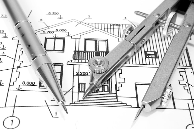 Крупным планом архитектора с чертежами