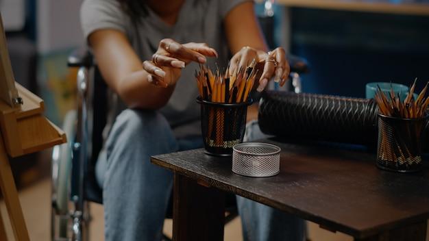 アートワークスペースのテーブル上のアートツールと鉛筆のクローズアップ