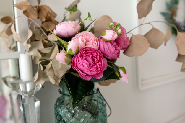 造花の花束のクローズアップは、家の装飾を手配します