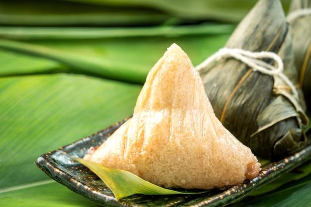 닫기 아시아 중국 수제 zongzi-드래곤 보트 축제를위한 쌀 만두 음식