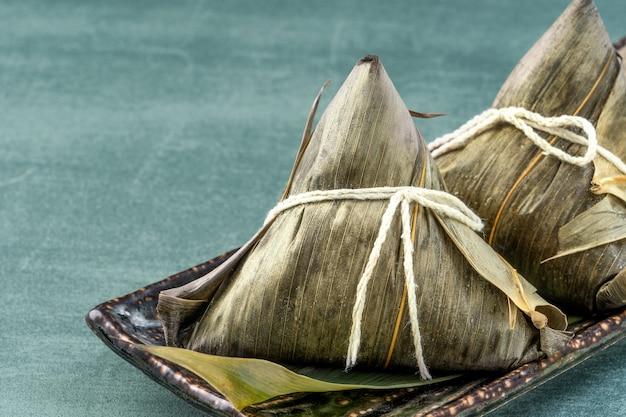 アジアの中国の自家製zongziのクローズアップ-ドラゴンボートフェスティバルの餃子料理