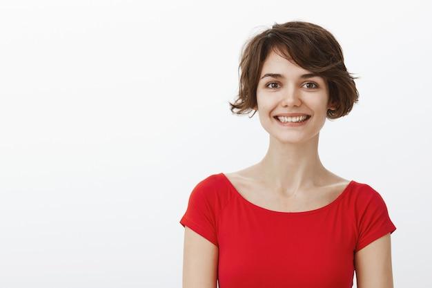 短い髪の魅力的な笑顔の女性のクローズアップ