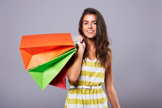 ショッピング後の魅力的な女性のクローズアップ