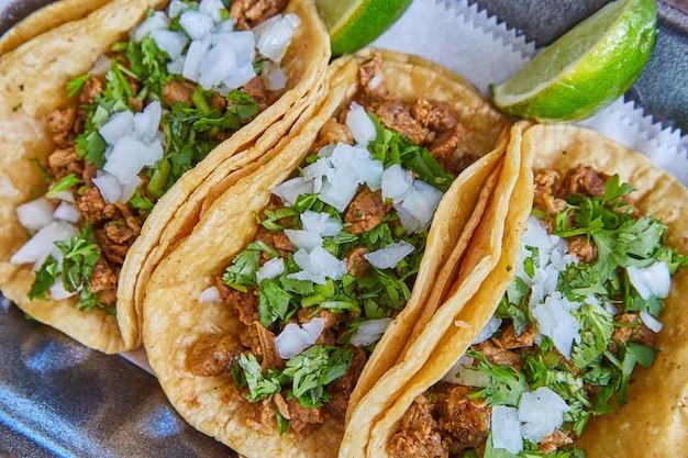 양파 실란트로와 라임을 곁들인 정통 멕시코 타코 스테이크 클로즈업
