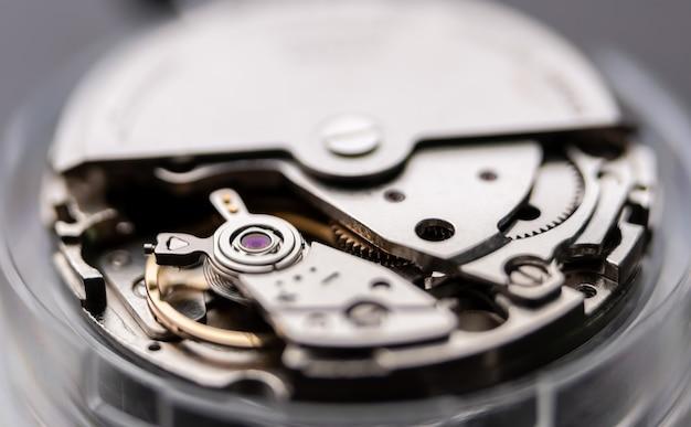 시계 제조기 테이블의 빛나는 일본 기계식 손목시계 부품 내부 수리를 기다리는 자동 와인딩 시계 무브먼트의 클로즈업