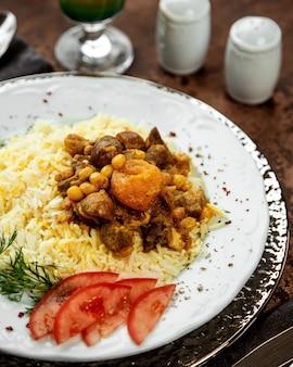 Крупный азербайджанский рис плов с вареной бараниной и сухофруктами