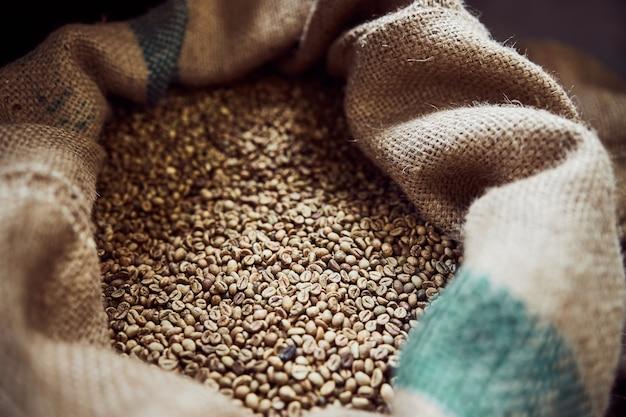 아라비카 커피 식물의 볶은 씨앗과 가방 닫습니다