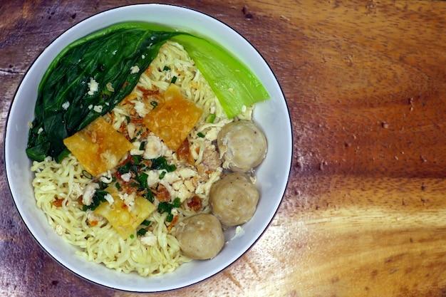 인도네시아 전통 음식인 국수를 곁들인 미트볼인 bakso의 클로즈업