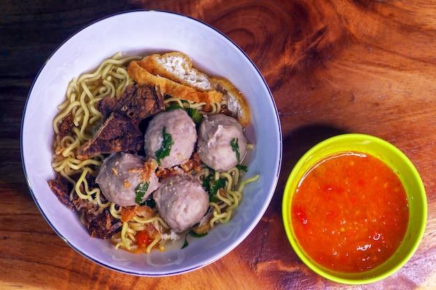인도네시아 전통 음식인 국수와 칠리 소스를 곁들인 미트볼인 박소(bakso) 클로즈업