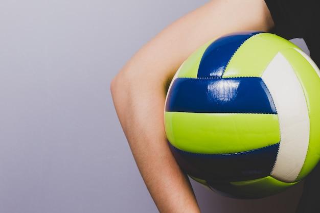 バレーボールを再生するには、ボールのクローズアップ