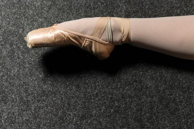 トウシューズを履いたバレリーナの足のクローズアップ