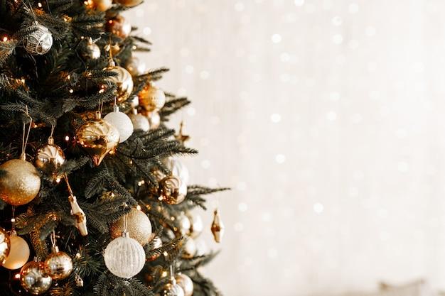 クリスマスツリーのボールのクローズアップ