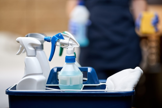 Закройте корзину чистящих средств для уборки гостиничного номера. концепция домашнего хозяйства и гигиены