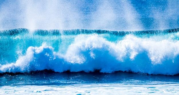 青と緑の波が砕ける美しく大きな波のクローズアップ-太平洋または大西洋-青い海とサーフィンに最適な場所