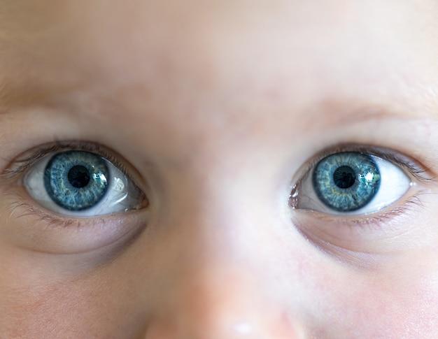 아이의 아름 다운 파란 눈을 닫습니다.