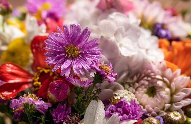 밝은 꽃의 아름다운 꽃다발의 클로즈업