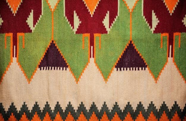 美しいカラフルな手作りの雑多な敷物やカーペットのクローズアップ