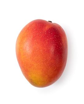 白いテーブルの背景に分離された美しいおいしい熟したマンゴーのクローズアップ、切り抜きパスを切り取ります。