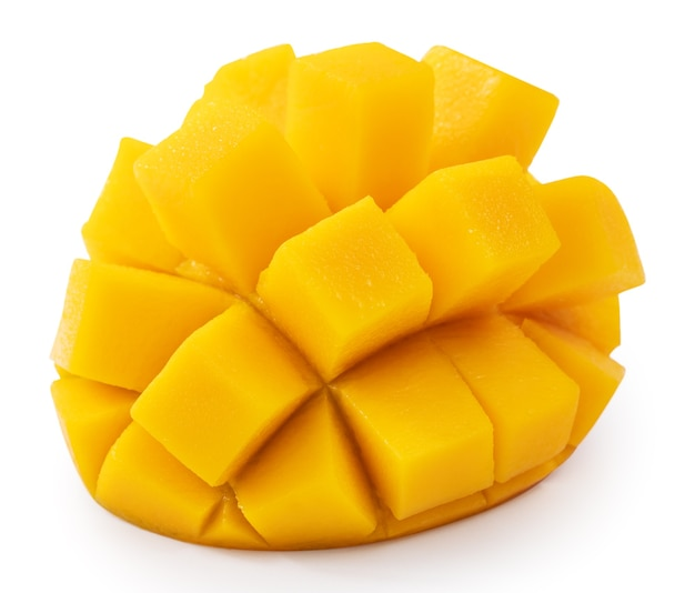 Закройте красивые вкусные спелые манго, изолированные на белом фоне таблицы, вырезать путь.
