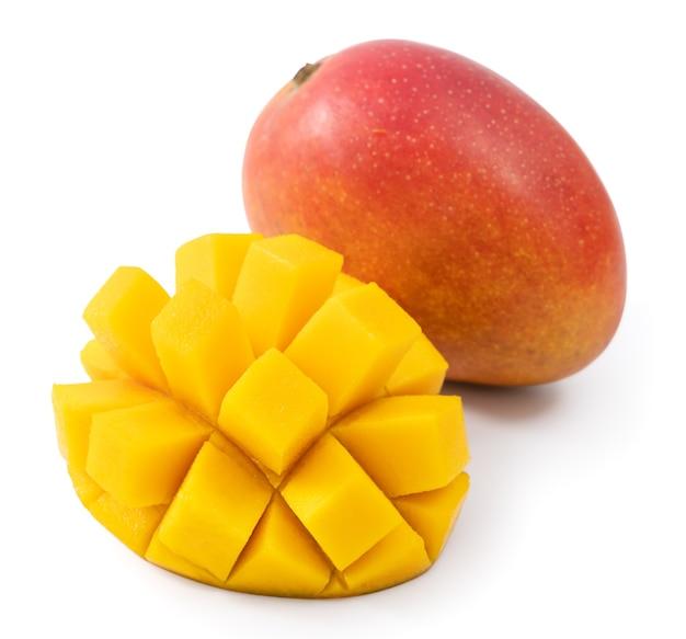 白いテーブルの背景に分離された美しいおいしい熟したマンゴーのクローズアップ、切り取ったパスを切り取ります。