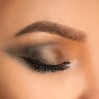 Крупным планом красивый женский глаз с макияжем