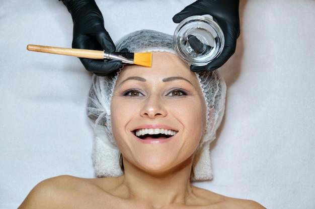 スパサロンでの手順の上に横たわる美しい笑顔幸せな成熟した女性のクローズアップ