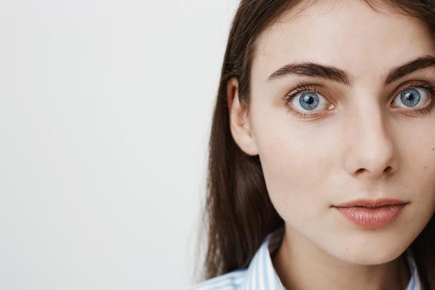 Крупный план красивой женщины с голубыми глазами
