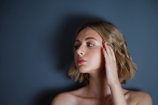 Крупный план красивой молодой девушки-модели славянской внешности