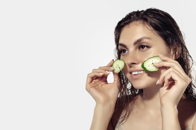 흰 벽 위에 아름 다운 젊은 여자의 닫습니다. 윤기있고 건강한 피부